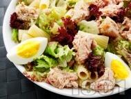 Зелена салата с макарони, варени яйца и риба тон